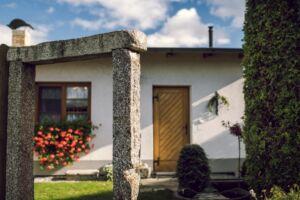 Pohled na domek ze zahrady, A- pension
